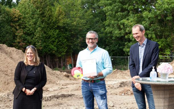 Übergabe des Klimaschutzsiedlungssiegels an Olaf Mosel, Geschäftsführer der M Projekt GmbH & Co. KG